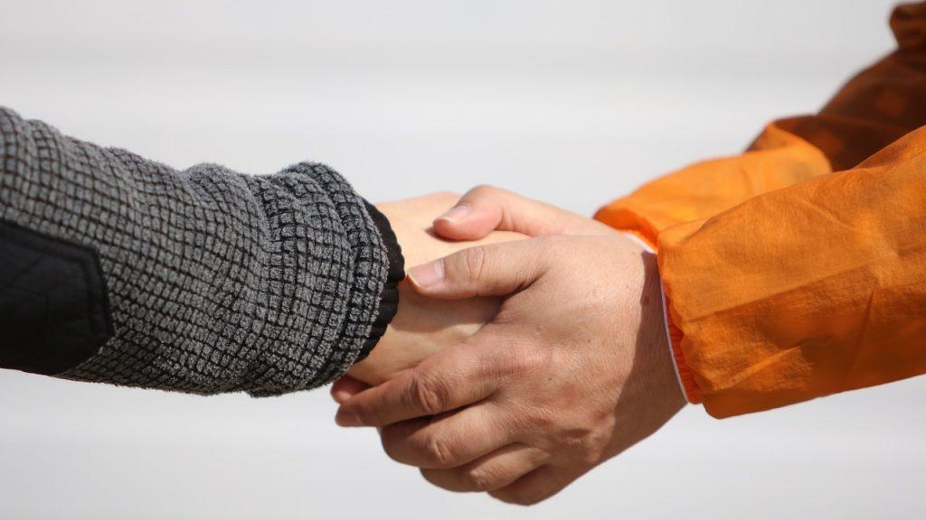 知人にお願いして握手